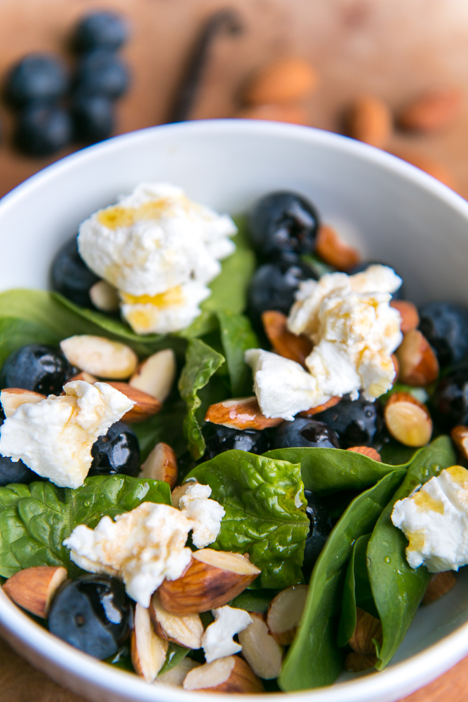 Salad with blueberries, almonds and goat cheese